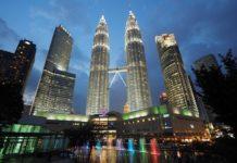 petronas twin towers de nuit à kuala lumpur, malaysia